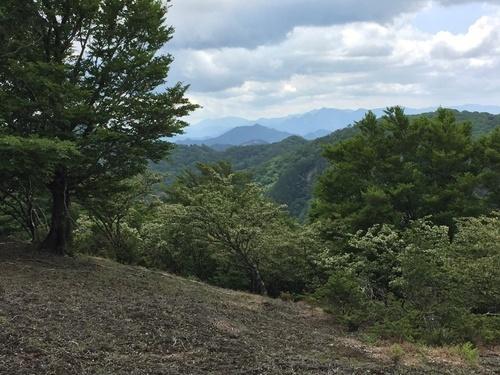 ヒキウス平の手前のピーク付近から大峰奥駈道方面を望む.jpg