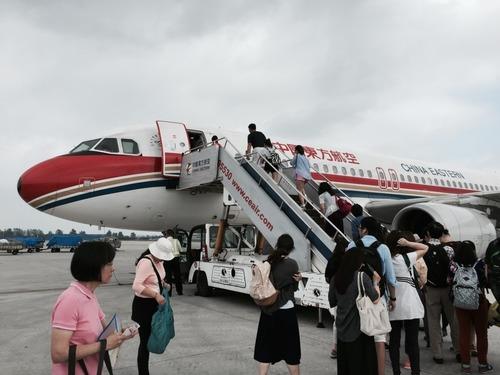 出国手続きを終えて飛行機に戻る(南京空港にて).JPG