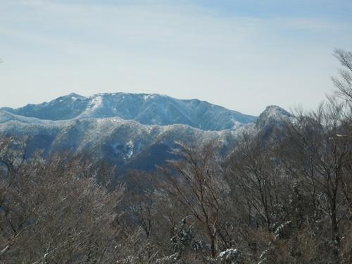 和佐又山から望む八経ヶ岳・弥山・行者還岳(左から順に).jpg