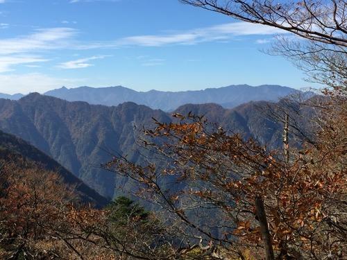 地倉山へ向かう稜線から見た釈迦ヶ岳から弥山までの大峰奥駈道の遠望.jpg