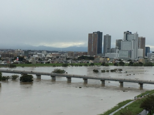 増水する多摩川(20171023).jpg