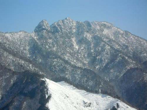 大日山と姿を現した稲村ヶ岳(三ツ塚から).jpg