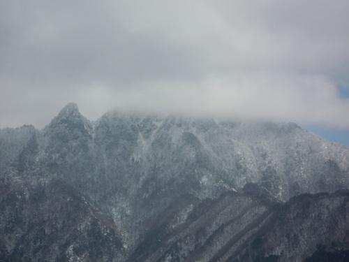 大日山と山頂を雲に隠す稲村ヶ岳.jpg