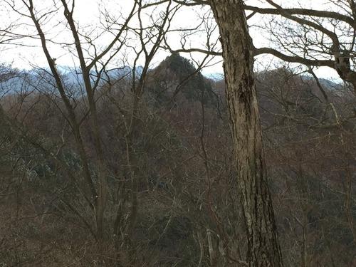 天狗岩(中央)と舩崟山(手前の木の右奥のなだらかな山).JPG