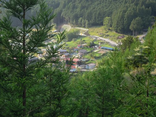 山に抱かれた上葛川の集落(彼岸花が真っ盛りだった).jpg