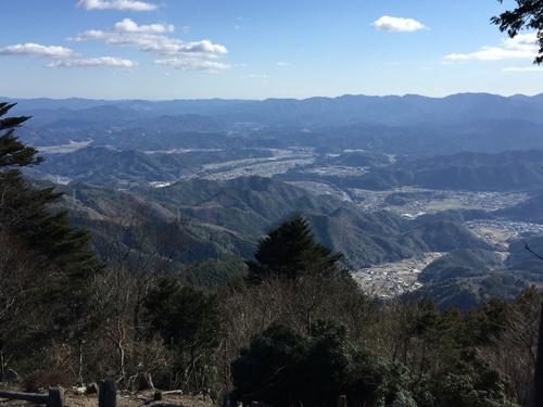 山頂から南側の箱庭のような景観.jpg