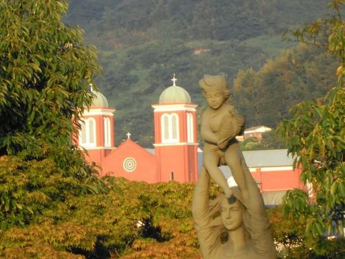 平和公園から望む浦上天主堂.jpg
