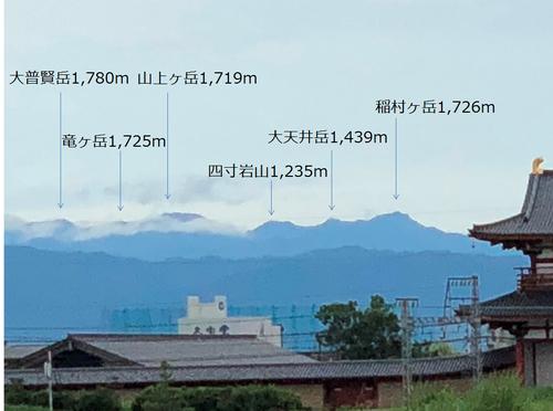 平城宮第一次大極殿院南門前から大峰山要部を望む.jpg