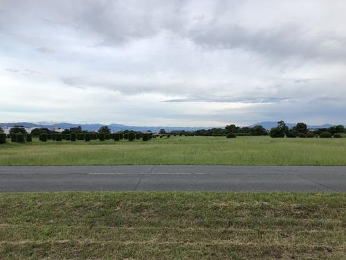 平城宮跡内裏付近からの大和盆地南部の山々の眺望.jpg