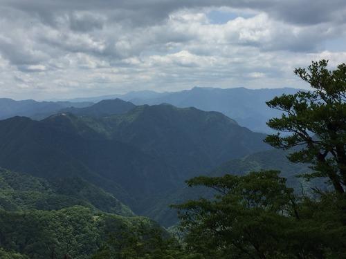 明神岳付近から大峰奥駈道を望む.jpg