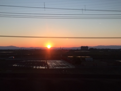 比良に沈む夕陽(米原付近から).JPG