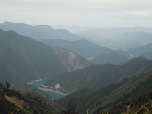 池原ダムと幾重にも連なる山並み.jpg