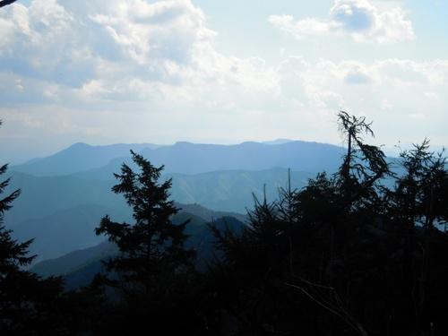 玉置山から(右端の鉄塔)宝冠の森(左端の円頂)までを望む.jpg