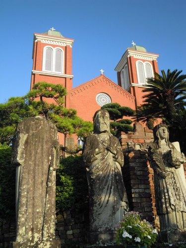 被爆した聖人石像と現在の浦上天主堂.jpg