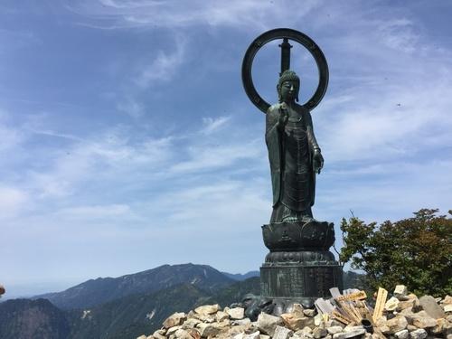 釈迦ヶ岳山頂の釈迦如来像と弥山・八経ヶ岳.jpg