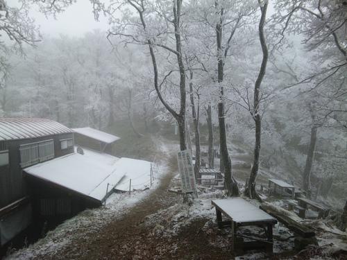 雪の稲村小屋.jpg