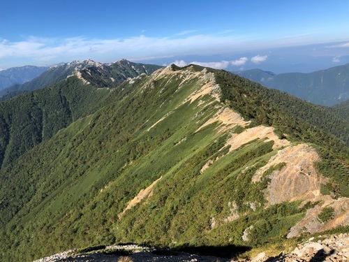 10辿って来た稜線を振り返る(左奥に燕岳).jpeg